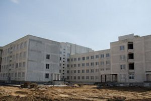 Поликлинику на Вишневце обещают сдать в 2016 году. Фото Сергея Людкевича